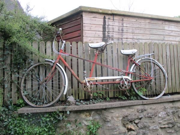 Rusty bike on wall